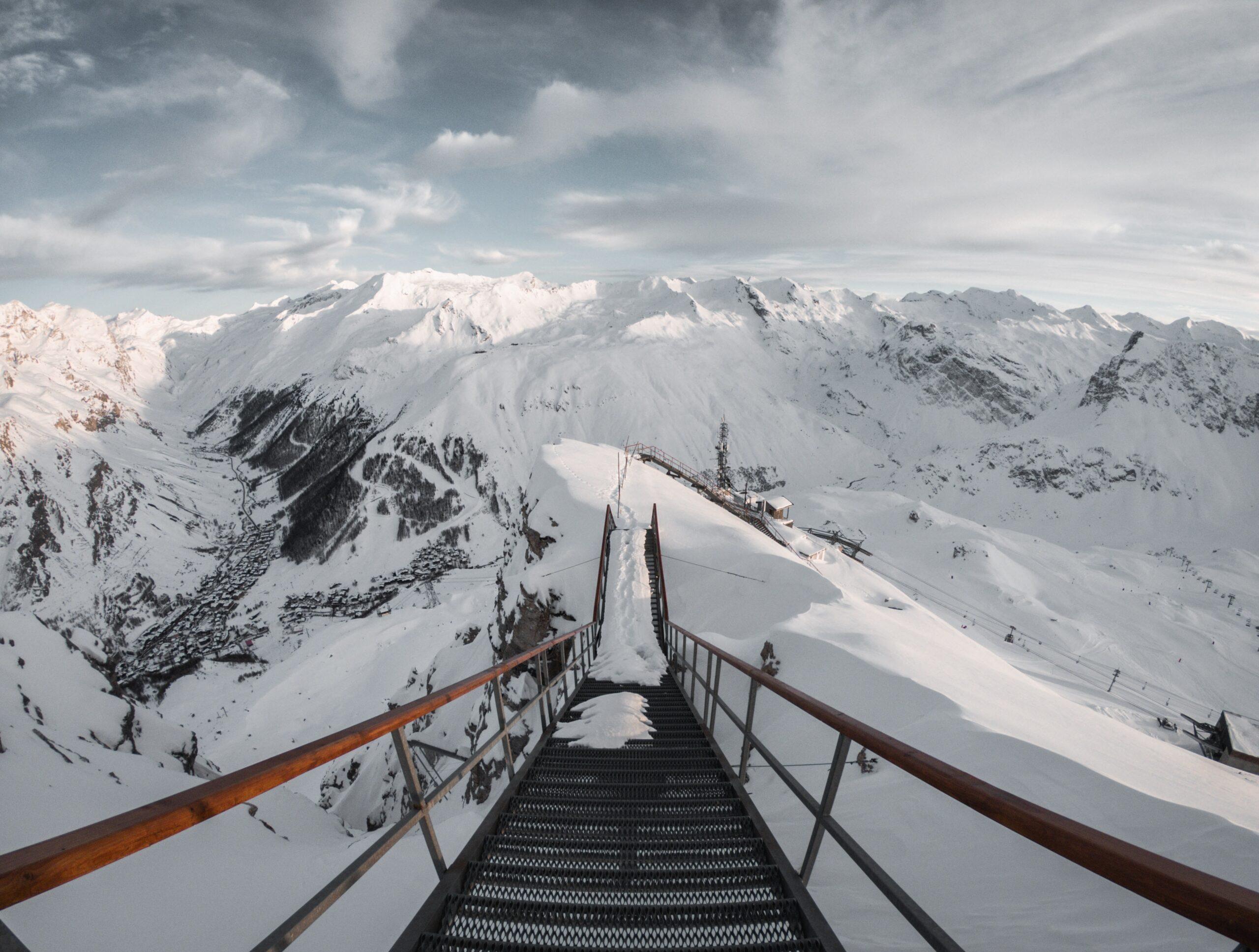 Un ponton dans une station des Pyrénées en hiver