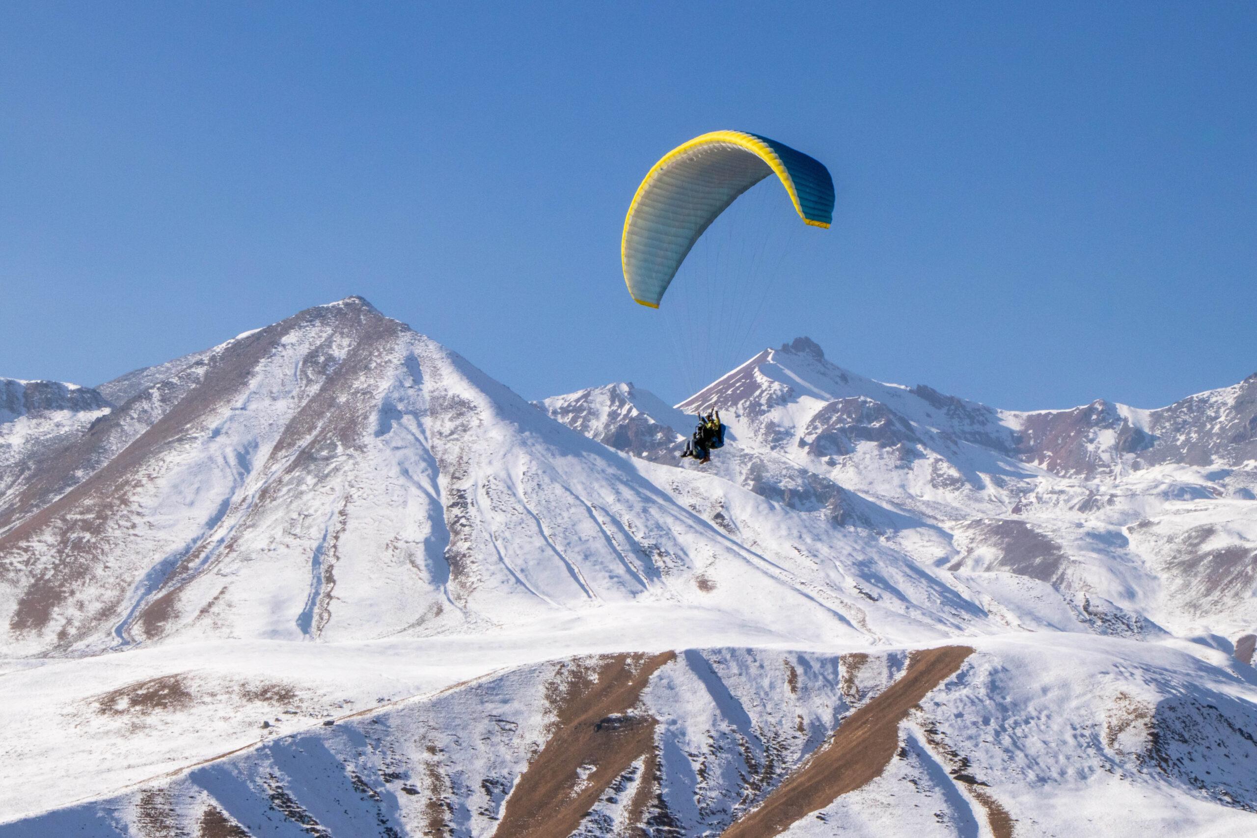 Un parapente dans les Pyrénées en hiver