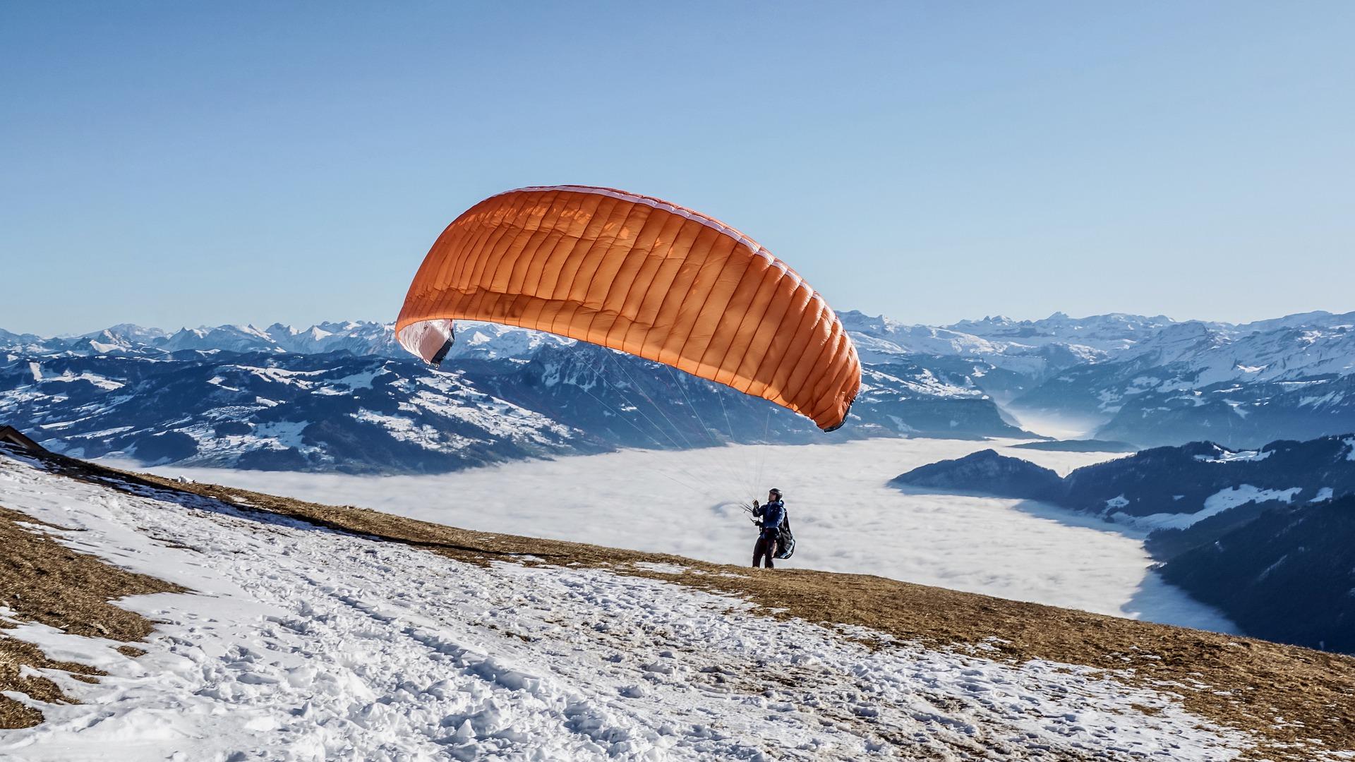 Un décollage en parapente en hiver